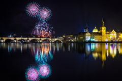 Fuegos artificiales del Año Nuevo en Praga, Checo Republick Imagen de archivo libre de regalías