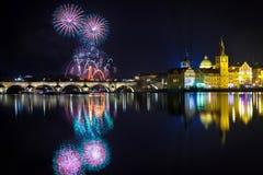 Fuegos artificiales del Año Nuevo en Praga, Checo Republick Foto de archivo libre de regalías