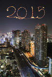 2015 fuegos artificiales del Año Nuevo que celebran sobre el paisaje urbano de Tokio Fotografía de archivo