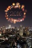 2016 fuegos artificiales del Año Nuevo que celebran sobre el paisaje urbano de Tokio en cerca Imagen de archivo