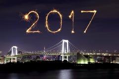2017 fuegos artificiales del Año Nuevo sobre el puente del arco iris de Tokio en la noche, Odai Foto de archivo