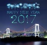 2017 fuegos artificiales del Año Nuevo sobre el puente del arco iris de Tokio en la noche, Odai Imagen de archivo libre de regalías