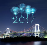 2017 fuegos artificiales del Año Nuevo sobre el puente del arco iris de Tokio en la noche, Odai Imagen de archivo