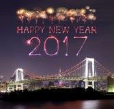 2017 fuegos artificiales del Año Nuevo sobre el puente del arco iris de Tokio en la noche, Odai Fotos de archivo libres de regalías