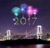 2017 fuegos artificiales del Año Nuevo sobre el puente del arco iris de Tokio en la noche, Odai Imagenes de archivo
