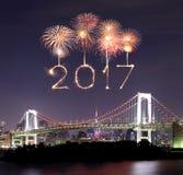 2017 fuegos artificiales del Año Nuevo sobre el puente del arco iris de Tokio en la noche, Odai Foto de archivo libre de regalías