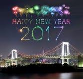 2017 fuegos artificiales del Año Nuevo sobre el puente del arco iris de Tokio en la noche, Odai Fotografía de archivo libre de regalías