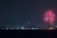 Fuegos artificiales del Año Nuevo sobre la ciudad de Patong Fotografía de archivo