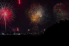 Fuegos artificiales del Año Nuevo sobre la ciudad de Patong Fotografía de archivo libre de regalías