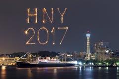 2017 fuegos artificiales del Año Nuevo sobre puerto deportivo aúllan en la ciudad de Yokohama, Japón Fotos de archivo libres de regalías