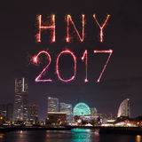2017 fuegos artificiales del Año Nuevo sobre puerto deportivo aúllan en la ciudad de Yokohama, Japón Fotos de archivo