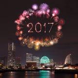 2017 fuegos artificiales del Año Nuevo sobre puerto deportivo aúllan en la ciudad de Yokohama, Japón Foto de archivo libre de regalías
