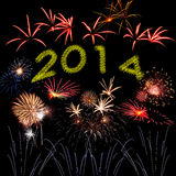 Fuegos artificiales del Año Nuevo en el cielo negro Imagenes de archivo
