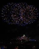 Fuegos artificiales del azul y del oro sobre el horizonte de Cincinnati y el puente ferroviario Fotografía de archivo libre de regalías