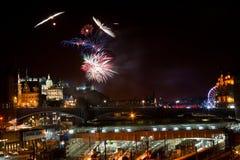 Fuegos artificiales del castillo de Edimburgo Fotos de archivo libres de regalías