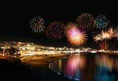 Fuegos artificiales del centro turístico de día de fiesta Fotos de archivo