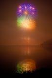 Fuegos artificiales del color en el lago Fotografía de archivo