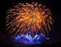 Fuegos artificiales del día de fiesta del color de oro en un fondo negro del cielo Imagen de archivo libre de regalías