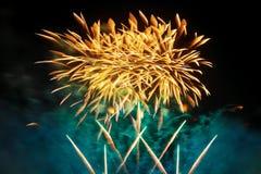 Fuegos artificiales del día de fiesta del color de oro en un fondo negro del cielo Fotografía de archivo libre de regalías