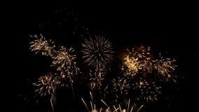 Fuegos artificiales del día de fiesta en concepto de la celebración metrajes
