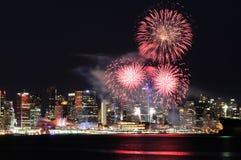 Fuegos artificiales del día de Canadá en Vancouver céntrica Imagen de archivo libre de regalías