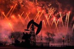 Fuegos artificiales del festival bajo unidad de bombeo Imagenes de archivo