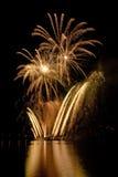 Fuegos artificiales del oro en el lago Foto de archivo