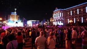 Fuegos artificiales del reloj de la gente después del concierto del día de fiesta metrajes
