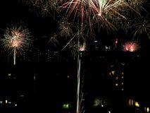 Fuegos artificiales del ` s del Año Nuevo en la ciudad Fotografía de archivo libre de regalías
