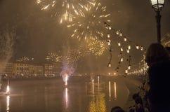 Fuegos artificiales del ` s del Año Nuevo en Toscana Imagenes de archivo