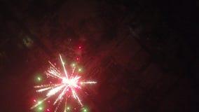 Fuegos artificiales del ` s del Año Nuevo en el pueblo Vídeo de una opinión del s-ojo del ` del pájaro del pueblo en el ` s Eve d almacen de metraje de vídeo
