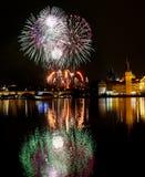 Fuegos artificiales del ` s del Año Nuevo en Praga en el río de Moldava Fotografía de archivo libre de regalías
