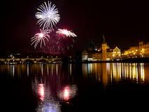 Fuegos artificiales del ` s del Año Nuevo en Praga en el río de Moldava Fotos de archivo libres de regalías