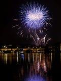 Fuegos artificiales del ` s del Año Nuevo en Praga en el río de Moldava Imagen de archivo