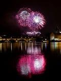 Fuegos artificiales del ` s del Año Nuevo en Praga en el río de Moldava Foto de archivo libre de regalías