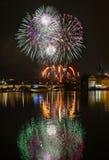 Fuegos artificiales del ` s del Año Nuevo en Praga en el río de Moldava Foto de archivo