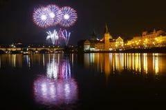 Fuegos artificiales del ` s del Año Nuevo en Praga en el río de Moldava Imagen de archivo libre de regalías