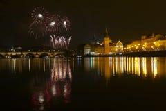 Fuegos artificiales del ` s del Año Nuevo en Praga en el río de Moldava Fotografía de archivo