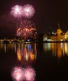 Fuegos artificiales del ` s del Año Nuevo en Praga en el río de Moldava Imágenes de archivo libres de regalías
