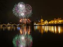 Fuegos artificiales del ` s del Año Nuevo en Praga en el río de Moldava Fotos de archivo