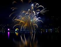 Fuegos artificiales del ` s Eve del Año Nuevo felices Imagen de archivo libre de regalías