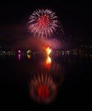 Fuegos artificiales del ` s Eve del Año Nuevo rojos Fotos de archivo