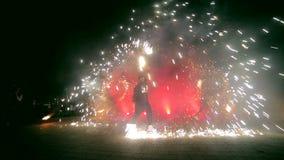Fuegos artificiales Demostración del fuego con la muchacha y el hombre de baile El sorprender en la noche metrajes