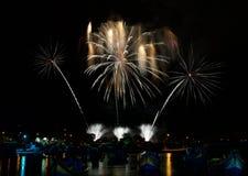 Fuegos artificiales Demostración ligera en Malta Fuegos artificiales mágicos Festival de los fuegos artificiales en Año Nuevo Día Fotografía de archivo