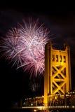 Fuegos artificiales detrás del puente Sacramento Californi de la torre fotos de archivo libres de regalías