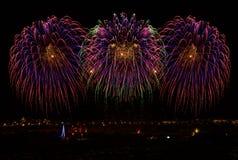 Fuegos artificiales Diversos fuegos artificiales asombrosos coloridos con la luna, el fondo oscuro del cielo y la casa se enciend Imagen de archivo libre de regalías