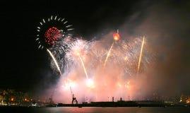 Fuegos artificiales durante celebraciones locales en Mallorca foto de archivo