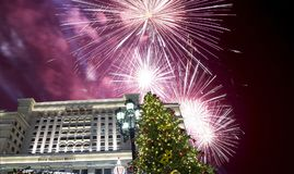 Fuegos artificiales durante hotel Moscú de la iluminación de los días de fiesta de la Navidad y del Año Nuevo y de cuatro estacio Imágenes de archivo libres de regalías