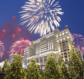 Fuegos artificiales durante hotel Moscú de la iluminación de los días de fiesta de la Navidad y del Año Nuevo y de cuatro estacio Fotografía de archivo libre de regalías