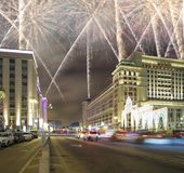Fuegos artificiales durante hotel Moscú de la iluminación de los días de fiesta de la Navidad y del Año Nuevo y de cuatro estacio Fotos de archivo